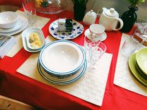 Los vidrios, tazas, placas, accesorios de la cocina mienten en la tabla de cocina Imagenes de archivo