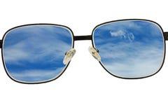 Los vidrios ven el cielo azul Imagenes de archivo