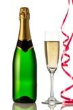 Los vidrios y la botella de champán, serpentean aislado en un fondo blanco. Fotos de archivo libres de regalías