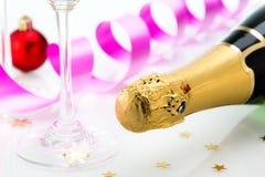 Los vidrios y la botella de champán, serpentean aislado en un fondo blanco. Imágenes de archivo libres de regalías