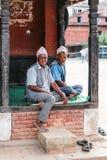 Los viejos hombres en el cuadrado durbar del bhaktapur, Nepal Foto de archivo libre de regalías