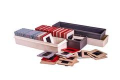 Los viejos 35 milímetros montaron diapositivas de película y las cajas plásticas Fotografía de archivo