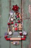 Los viejos niños rústicos juegan la decoración para la Navidad en forma de un t Foto de archivo libre de regalías