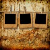 Los viejos photoframes están colgando en la fila Foto de archivo libre de regalías