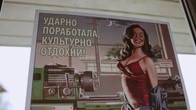 Los viejos posts soviéticos de la propaganda eran fijos en la ventana Panorama almacen de metraje de vídeo