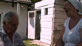 Los viejos residentes del pueblo limpian del espárrago de Shelkha en buen humor almacen de video