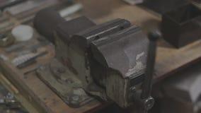 Los viejos vicios de banco soviéticos de los mecánicos están presionando la cápsula almacen de metraje de vídeo