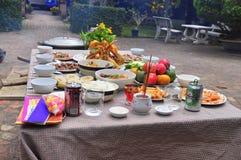 Los vietnamitas adoran la bandeja de comidas en el Año Nuevo lunar Foto de archivo