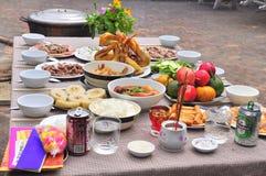 Los vietnamitas adoran la bandeja de comidas en el Año Nuevo lunar Fotografía de archivo