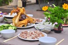 Los vietnamitas adoran la bandeja de comidas en el Año Nuevo lunar Fotos de archivo
