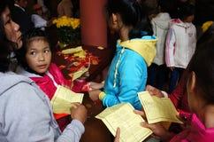 Los vietnamitas escogen el presente afortunado en Tet, cultura tradicional Fotos de archivo
