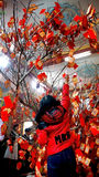 Los vietnamitas escogen el presente afortunado en Tet, cultura tradicional Imágenes de archivo libres de regalías