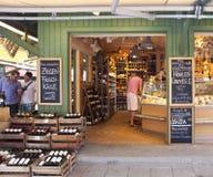 Los vinos y la delicadeza hacen compras en Viktualien Markt en Munich Imagenes de archivo