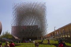 Los visitantes al pabellón de Gran Bretaña que se asemeja a una abeja encorchan en la EXPO 2015 de Milán Imagen de archivo libre de regalías
