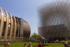 Los visitantes al pabellón de Gran Bretaña que se asemeja a una abeja encorchan en la EXPO 2015 de Milán con el pabellón húngaro  Imagenes de archivo