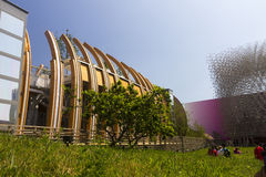 Los visitantes al pabellón de Gran Bretaña que se asemeja a una abeja encorchan en la EXPO 2015 de Milán con el pabellón húngaro  Fotografía de archivo libre de regalías