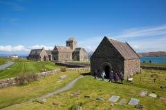Los visitantes británicos de Iona Abbey Scotland que disfrutan de la primavera hermosa resisten en este hito histórico en la isla Foto de archivo