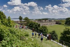 Los visitantes caminan la línea Foto de archivo
