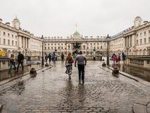 Los visitantes caminan a través de la lluvia de agosto en el patio del Somers Imágenes de archivo libres de regalías