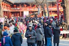 Los visitantes disfrutan de la feria del templo del festival de resorte Imagenes de archivo