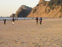 Los visitantes en el Oregon costean en el fin Lincoln City del ` s de la tierra Foto de archivo