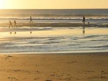 Los visitantes en el ` s de la tierra terminan, costa de Oregon, en la puesta del sol Foto de archivo libre de regalías