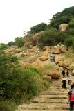 Los visitantes en la manera del paso de camas de piedra jain en el complejo sittanavasal del templo de la cueva Imagenes de archivo
