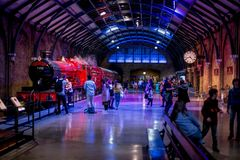 Los visitantes en la plataforma 9 3/4 y Hogwarts expresan en el viaje de Warner Brothers Harry Potter Studio foto de archivo libre de regalías