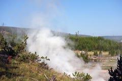 Los visitantes en yellowstone parquean la admiración de la actividad volcánica en el parque de yellowstone Imagen de archivo libre de regalías