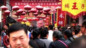 Los visitantes entran en y hacia fuera calle del bocado de Wangfujing