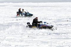 Los visitantes gozan de la nieve en motos de nieve en el centro del esquí de Falakro, GR Fotos de archivo libres de regalías