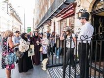 Los visitantes musulmanes toman el selfie fuera de Sherlock Holmes Museum en vagos Foto de archivo