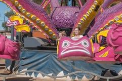 Los visitantes que gozan del parque de atracciones en el Bloem anual muestran Imágenes de archivo libres de regalías