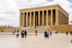 Los visitantes se acercan al cenotafio Imagen de archivo
