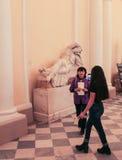 Los visitantes toman imágenes en el museo Fotos de archivo
