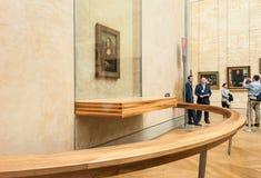 Los visitantes toman la foto alrededor del Leonardo da Vinci Imagen de archivo libre de regalías