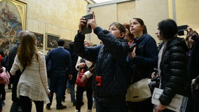 Los visitantes toman las fotos cerca de Leonardo DaVincis Mona Lisa, museo del Louvre, almacen de metraje de vídeo