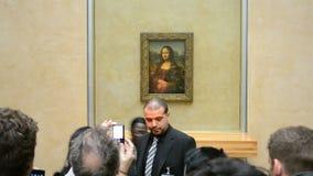 Los visitantes toman las fotos de Mona Lisa (Leonardo DaVinci), el museo del Louvre, almacen de metraje de vídeo