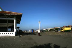 Los visitantes viajaron en la playa de Depok Imagen de archivo libre de regalías