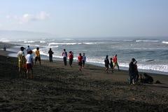 los visitantes viajaron en la playa de Depok Fotografía de archivo