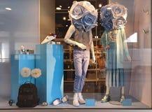 Los vitrines de la ciudad que hacen publicidad de ventanas maneken en el fondo c de los sunglass de las sandalias de los zapatos  imágenes de archivo libres de regalías