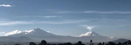 Los volcanes ven de Ciudad de México imagen de archivo