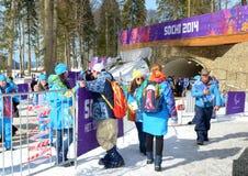 Los voluntarios ayudan a fans en el racimo de la montaña durante los juegos de XI Paralympic Fotos de archivo libres de regalías