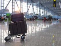 Los vuelos populares del aeropuerto son populares Y hay mucha gente para utilizar el servicio Esta imagen es borrosa fotografía de archivo