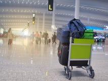 Los vuelos populares del aeropuerto son populares Y hay mucha gente para utilizar el servicio Esta imagen es borrosa foto de archivo libre de regalías