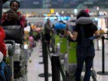 Los vuelos populares del aeropuerto son populares Y hay mucha gente para utilizar el servicio Esta imagen es borrosa imágenes de archivo libres de regalías