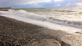 Los wawes del mar lavaron verano de los guijarros almacen de metraje de vídeo