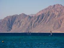 Los Windsurfers están en el golfo del Dahab Imagen de archivo