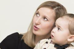 Los withs de la madre que la hija está mirando para arriba. Foto de archivo libre de regalías