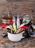 Los wobblers de los cebos de pesca resaltan de la taza del metal blanco Imagen de archivo